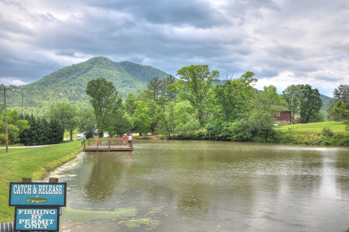 Rv park in pigeon forge sevierville honeysuckle meadows for Smoky mountain cabins with fishing ponds